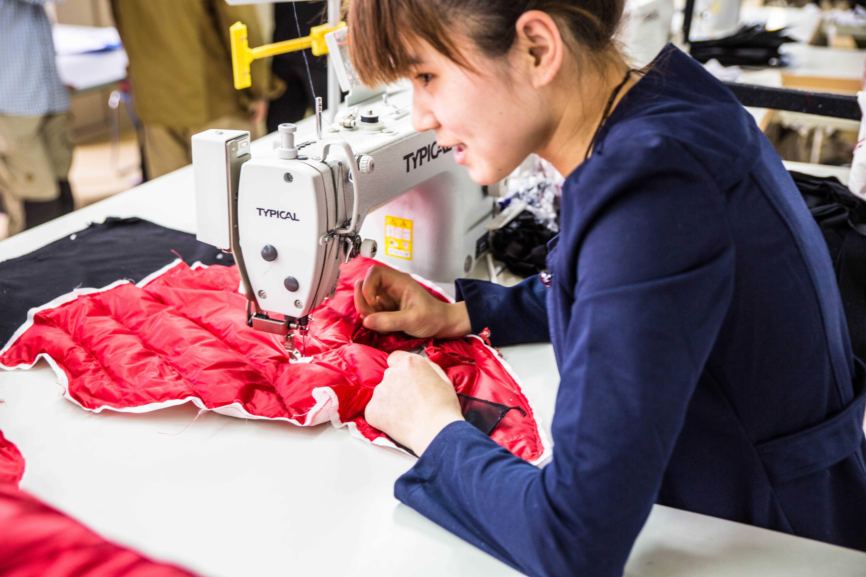Frau in Produktion