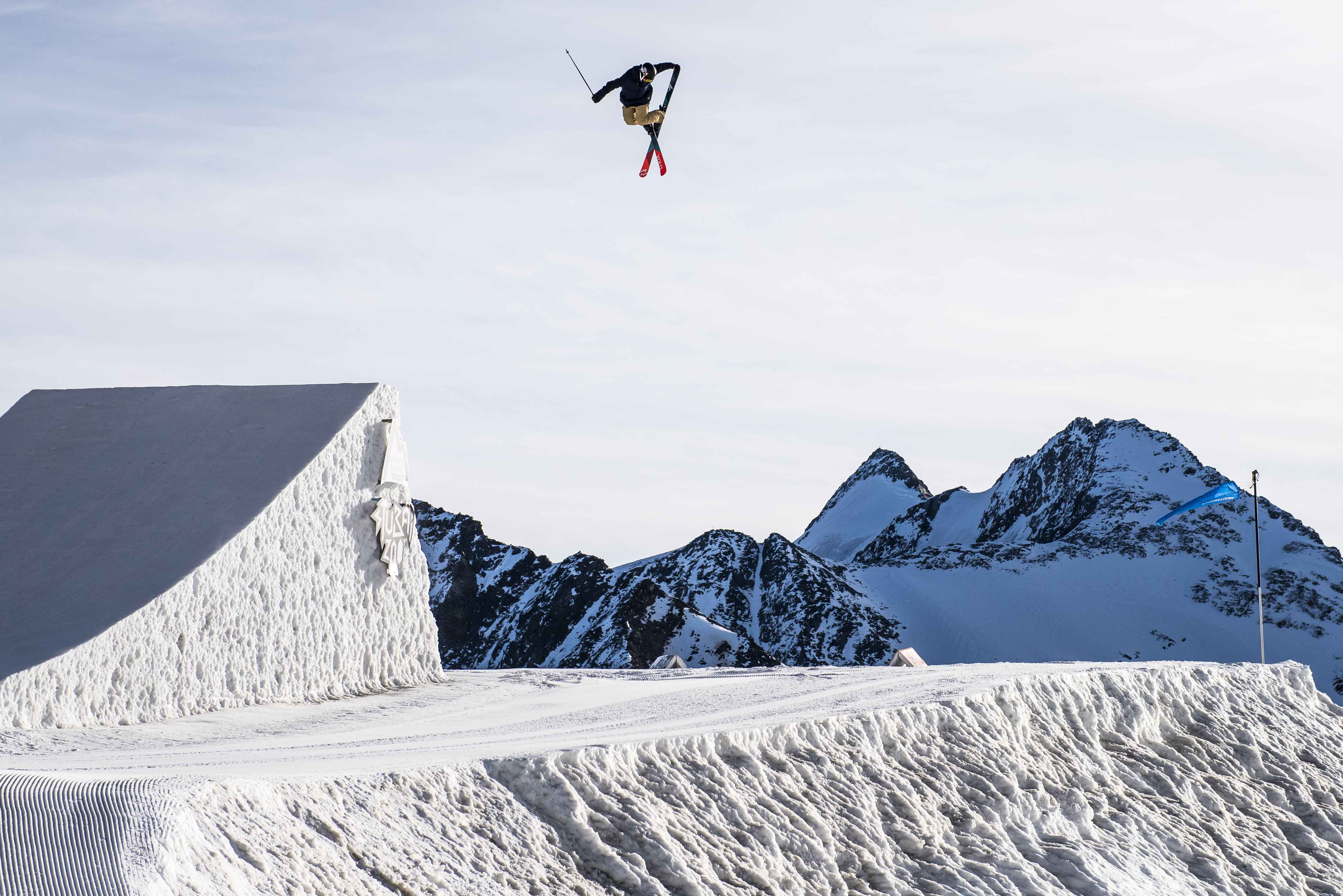 Skifahrer im Luft am skispringen