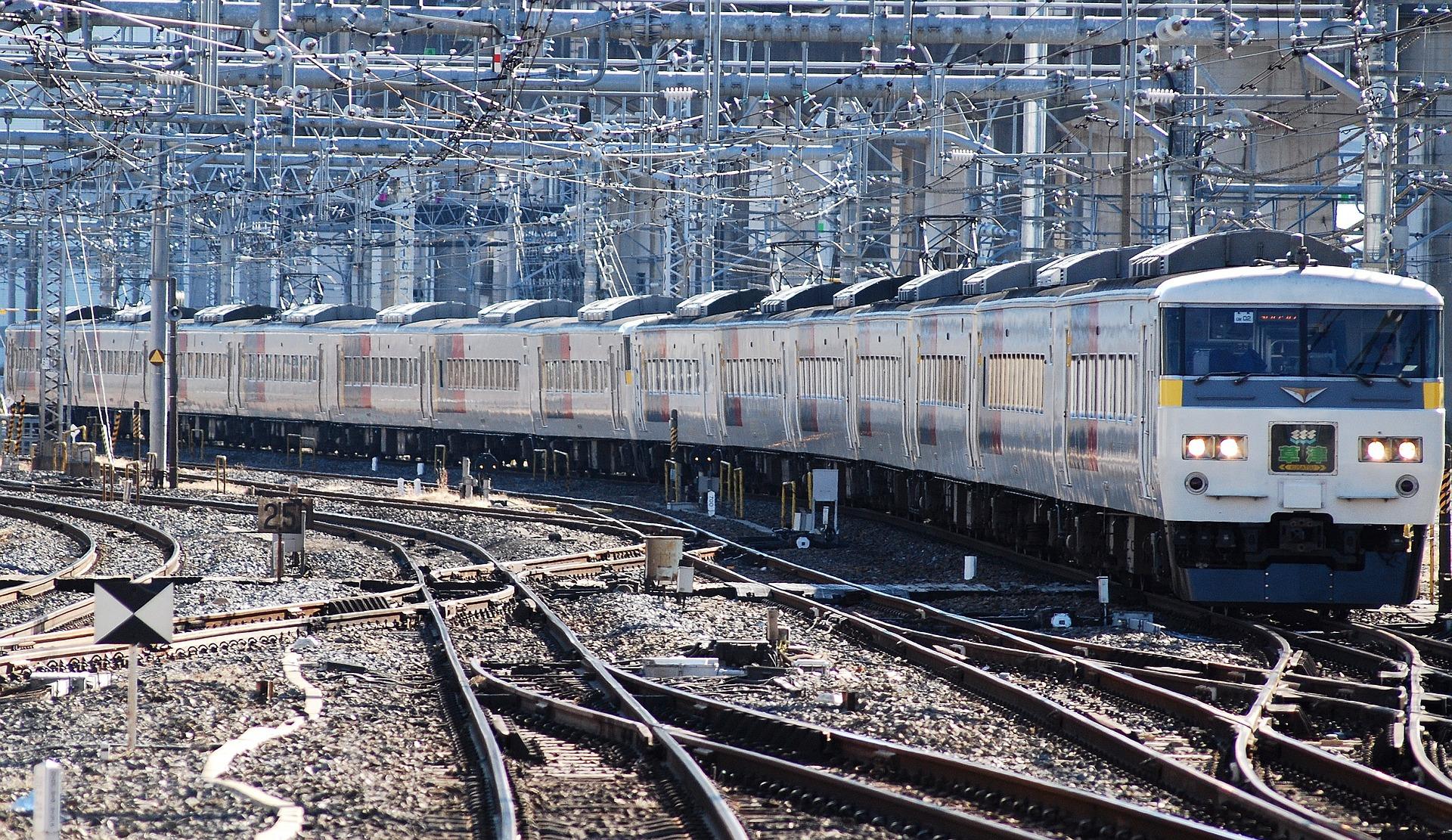 train-76723_1920
